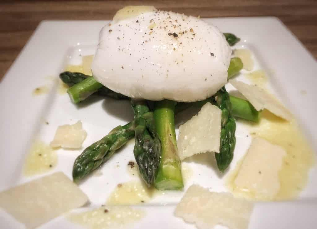 Poached Duck Eggs and Asparagus - This is a very easy starter recipe, as well as quick to make. The poached eggs taste amazing :) - http://www.amateurchef.co.uk